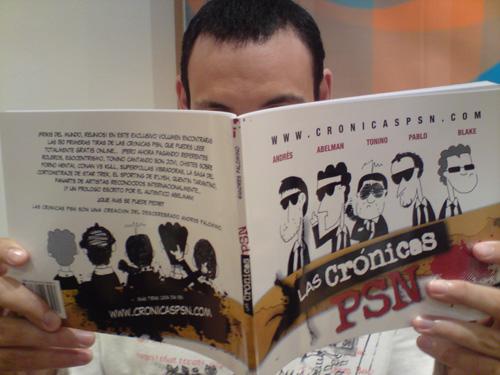 Friki misterioso leyendo el primer volumen de las Crónicas PSN.
