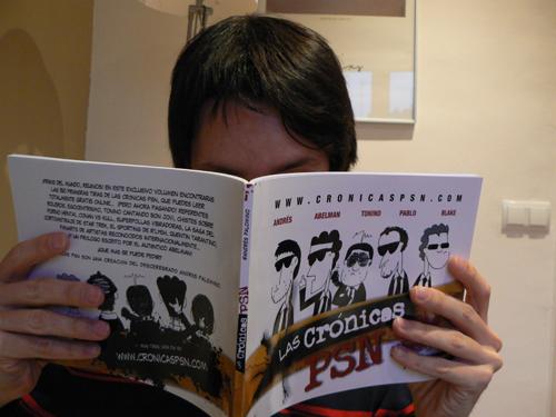 Egocentrismo puro, yo leyendo el primer volumen de las Crónicas PSN...